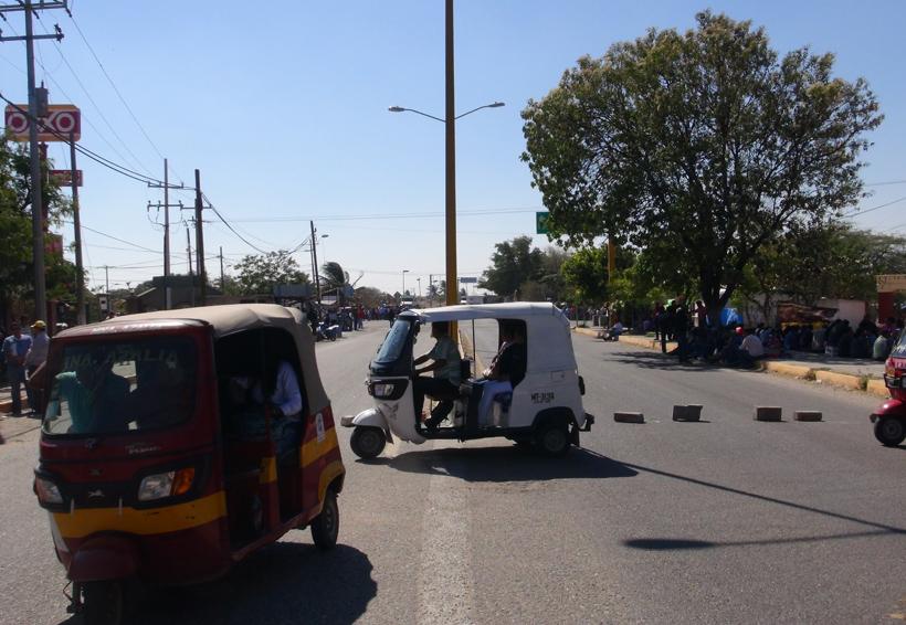 Profesores bloquean carreteras en el Istmo de Oaxaca