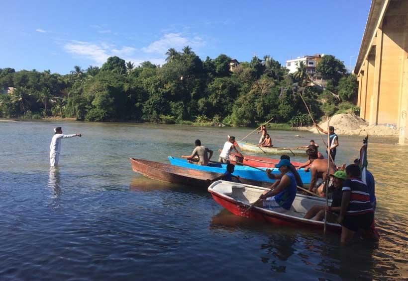 Realizan primera carrera de  canoas en río de Santa María Colotepec, Oaxaca