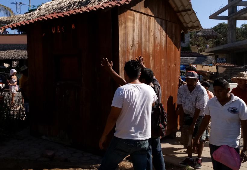 Video: Retiran puestos irregulares de Puerto Escondido, Oaxaca