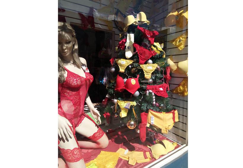 Se tiñen de rojo y amarillo los escaparates de los negocios en Oaxaca