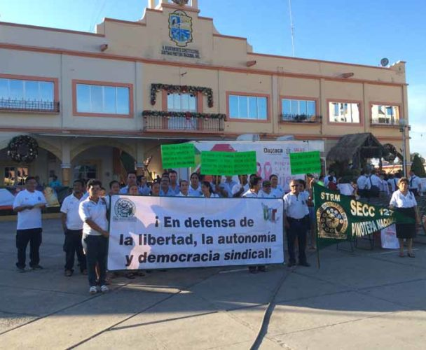 Telefonistas de Pinotepa Nacional protestan