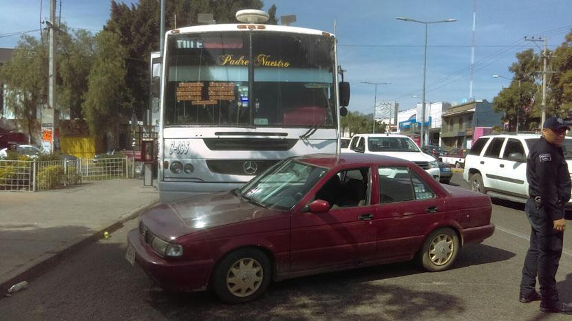 Se atraviesa de forma imprudente; camión urbano lo impacta | El Imparcial de Oaxaca