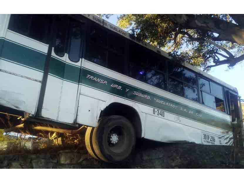 Por falta de pericia y exceso de velocidad se salió de la carretera vieja a Monte Alban, Oaxaca | El Imparcial de Oaxaca