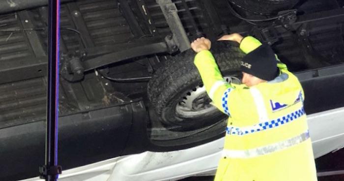 Un policía evita, con sus propias manos, que un camión caiga de un puente en Inglaterra | El Imparcial de Oaxaca