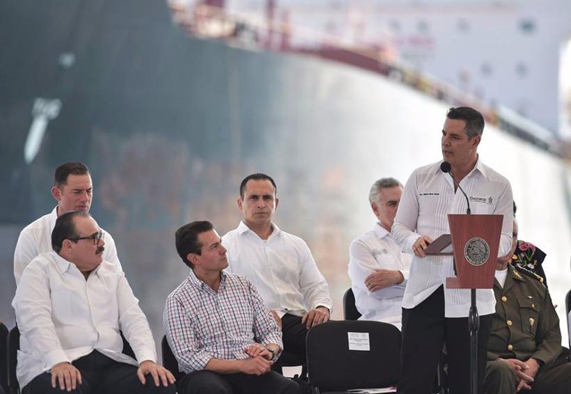 Al improvisar un discurso el gobernador de Oaxaca dice