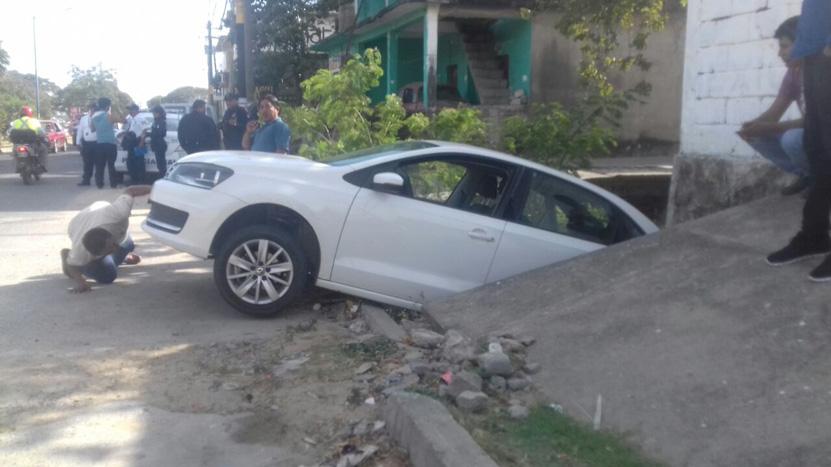 Cae en cuneta al ir en reversa en Salina Cruz, Oaxaca | El Imparcial de Oaxaca