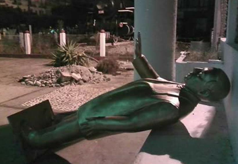 En Matías Romero, quitan a Juárez y ponen el árbol de Navidad