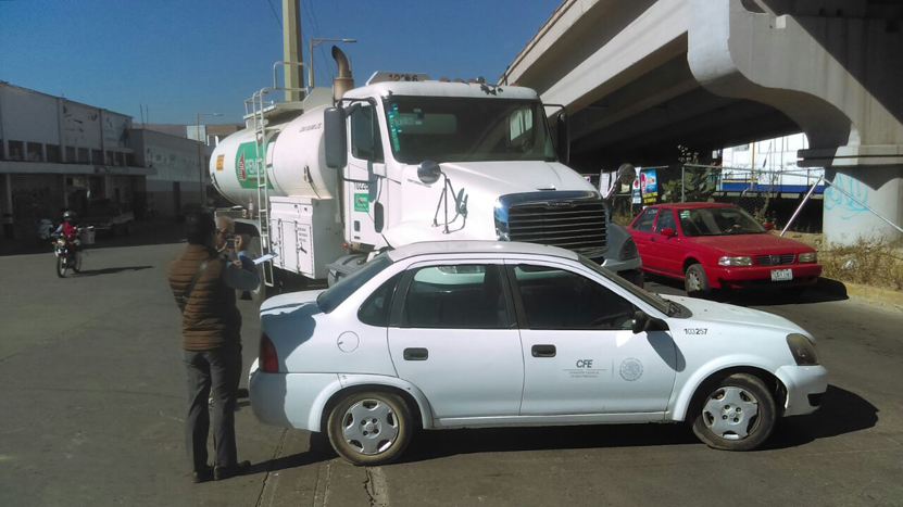 Choca carro de la CFE contra un camión de Pemex | El Imparcial de Oaxaca
