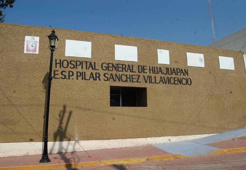 Inician paro de labores, trabajadores de salud de Huajuapan de León, Oaxaca