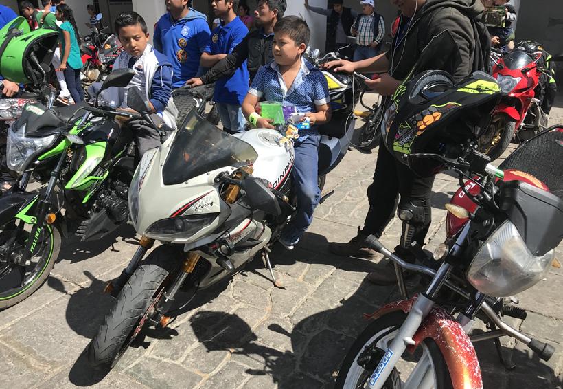 Motociclistas regalan  juguetes en Juchitán, Oaxaca