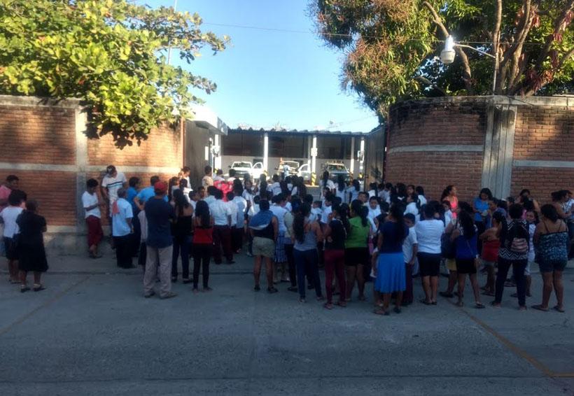 Padres de familia y alumnos de Puerto Escondido se  manifiestan en oficinas de CFE
