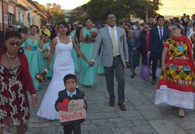 Minerva y Carlos caminan al altar