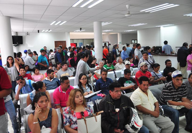 Largas filas para pagar la tenencia en Sevitra | El Imparcial de Oaxaca