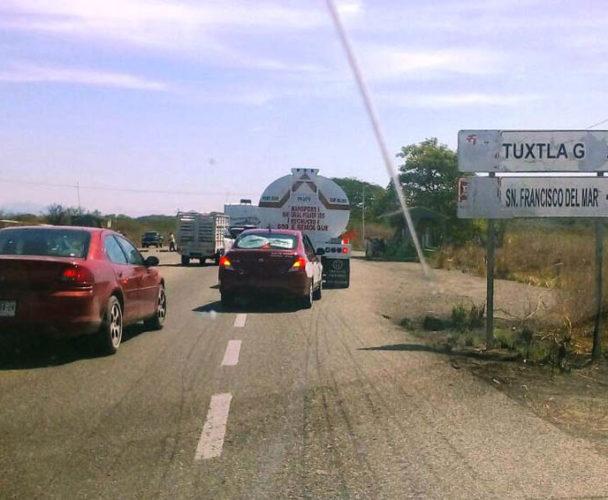 Se quejan transportistas  del Istmo por cobro de cuota