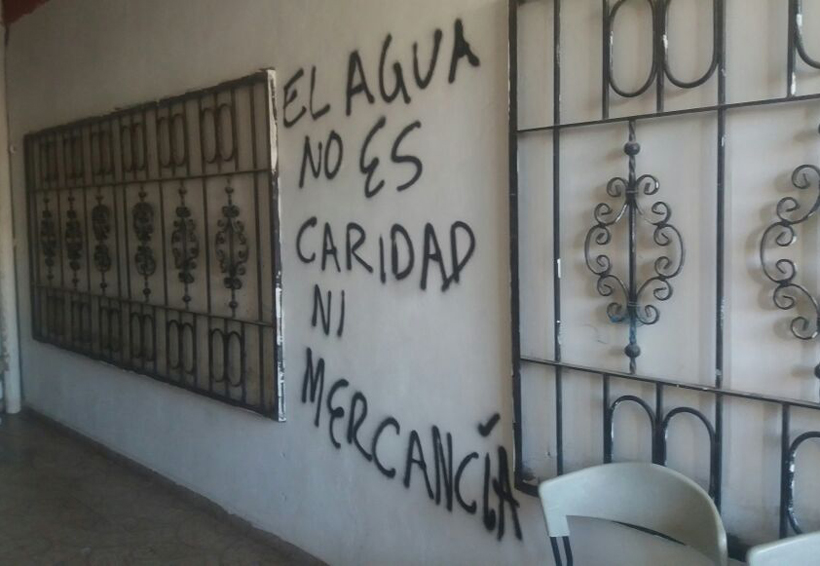 Vecinos de Salina Cruz pintarrajean  paredes del SAP; piden prudencia