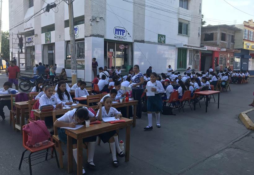 En Juchitán, cambian las calles por salón de clases