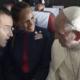 En pleno vuelo hacia Chile, el Papa Francisco casa a dos tripulantes de cabina