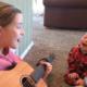 Una niña le enseña palabras a su hermano con Síndrome de Down a través de la música