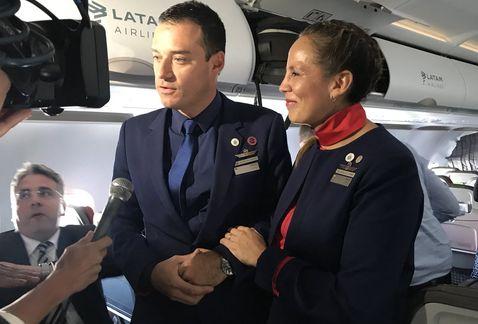 Papa Francisco oficia un matrimonio en vuelo entre Santiago e Iquique