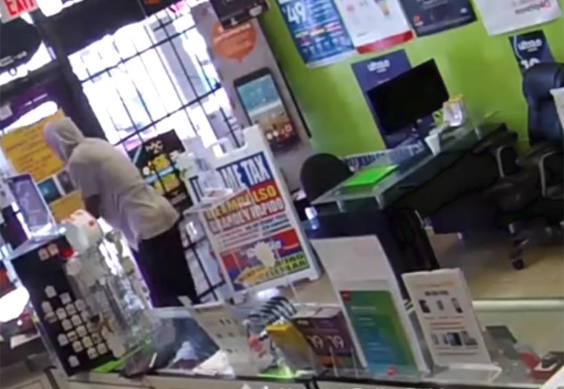 Video: De rodillas pide lo dejen salir tras quedar encerrado en tienda que intentaba asaltar | El Imparcial de Oaxaca
