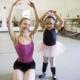 """Niña con """"huesos de cristal"""" logra convertirse en estudiante de ballet"""