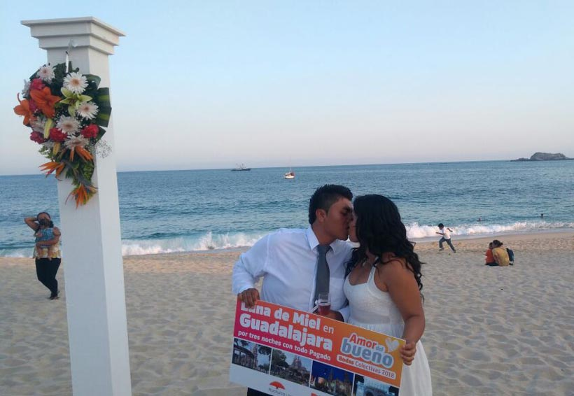 Se casan 75 parejas en Playa Chahué, Huatulco