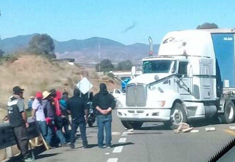 Bloquea el Covic súper  carretera en Nochixtlán, Oaxaca