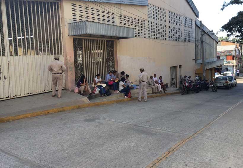 Continúan empleados de Salud de Pinotepa Nacional en paro de labores   El Imparcial de Oaxaca