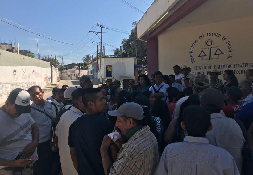 Defraudados de Corporativo Azteca se manifiestan en Pochutla, Oaxaca