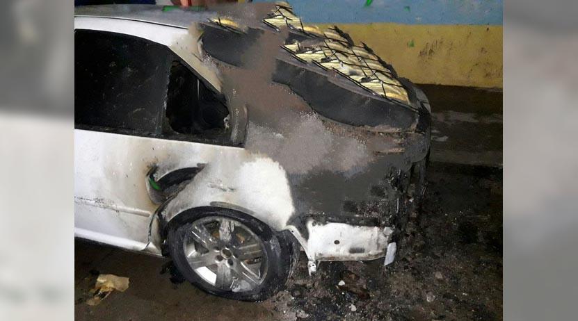 Auto estacionado arde en llamas en Salina Cruz, Oaxaca | El Imparcial de Oaxaca