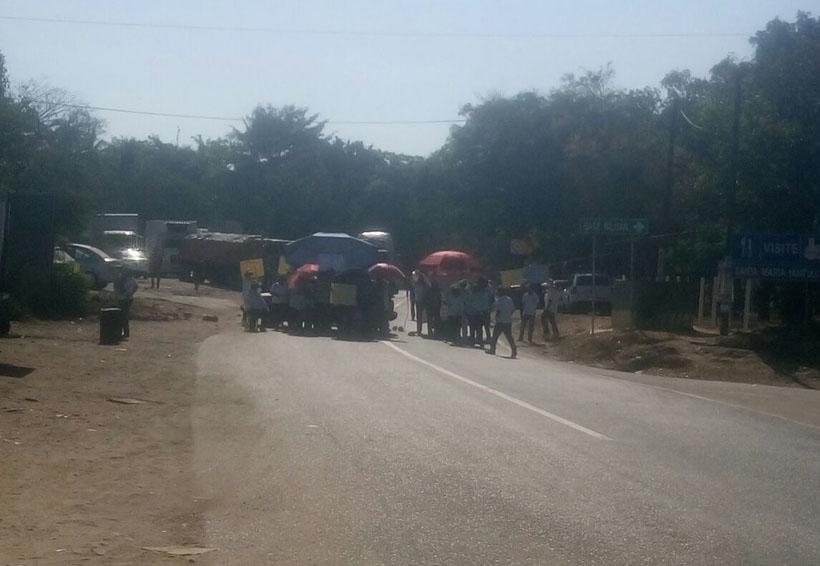 Empleados de Salud llevan a cabo  bloqueo en el crucero de Pochutla, Oaxaca | El Imparcial de Oaxaca