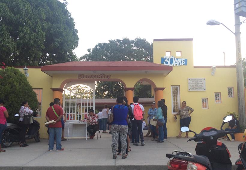 Madrugan para obtener ficha  en la secundaria José A. Baños | El Imparcial de Oaxaca