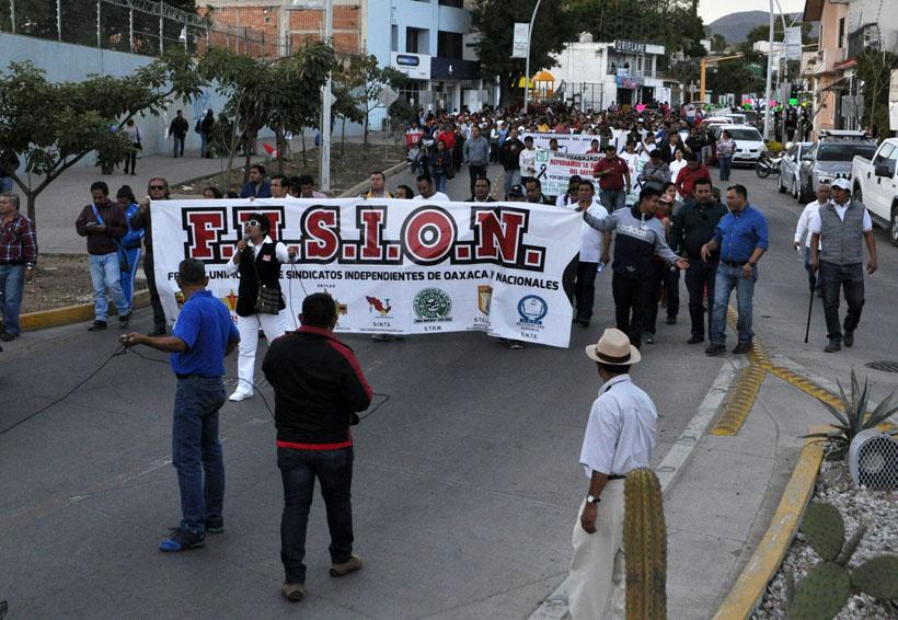 Marchan trabajadores en Oaxaca; reaparece vandalismo | El Imparcial de Oaxaca
