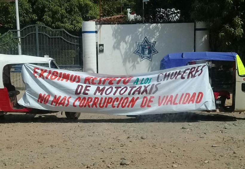 Toman mototaxistas del Istmo el cuartel de Policía | El Imparcial de Oaxaca