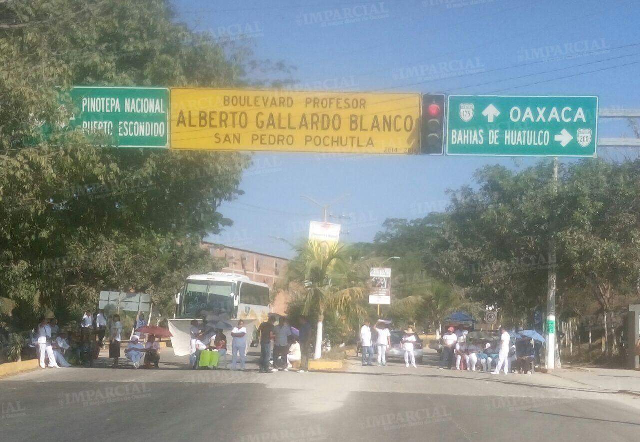 Trabajadores de la salud bloquean crucero de Pochutla | El Imparcial de Oaxaca