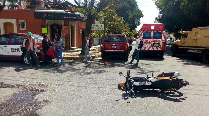 Embiste taxi foráneo a motociclistas en calles de Oaxaca | El Imparcial de Oaxaca