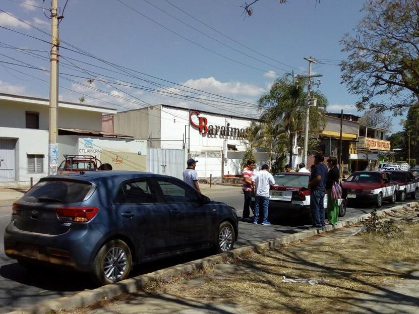Chocan coche y taxi; 'bajan' a pasajera en San Agustín Yatareni, Oaxaca | El Imparcial de Oaxaca