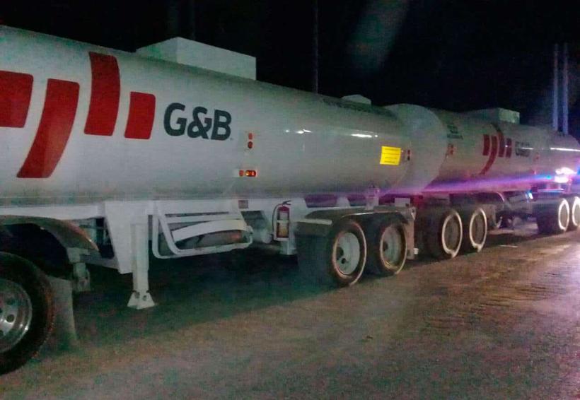 Policías recuperan tractocamión con dos pipas de combustible robados | El Imparcial de Oaxaca