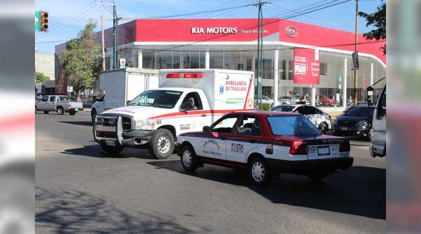 Impacta taxista a ambulancia | El Imparcial de Oaxaca