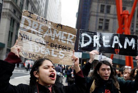 Juez prohíbe a Trump revocar DACA sin opción a defensa