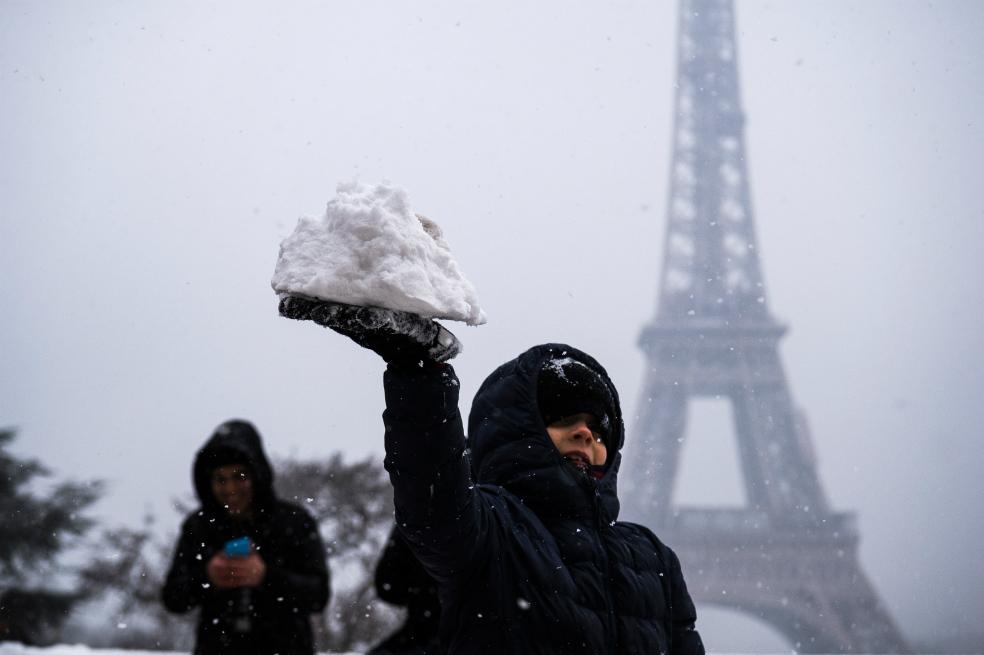 La Torre Eiffel, cerrada por la nieve | El Imparcial de Oaxaca