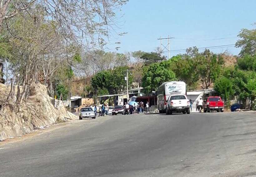 Alumnos de San Juan Cacahuatepec realizan boteo en Carretera Federal 125