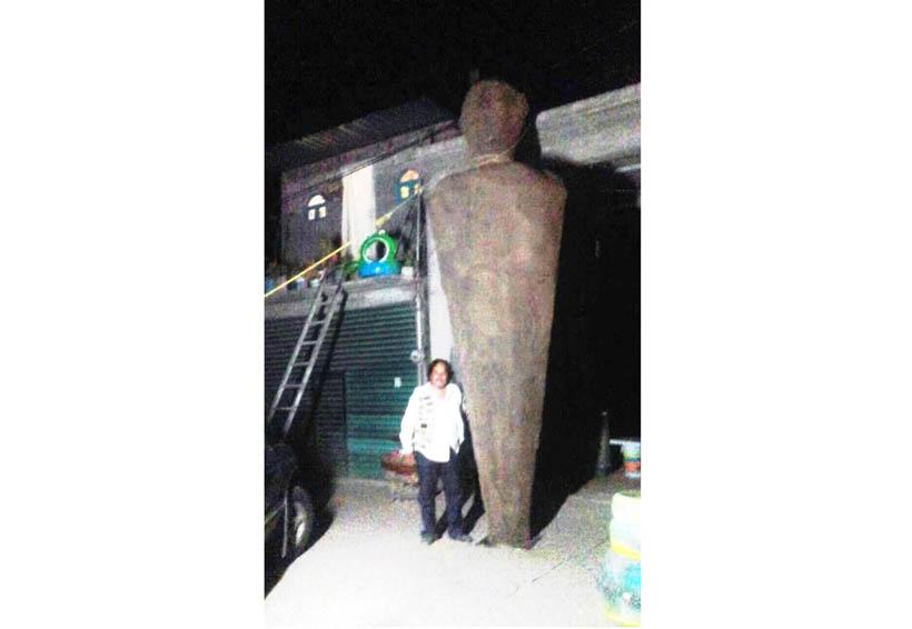 Busca reflejar problemática  social con escultura de arena