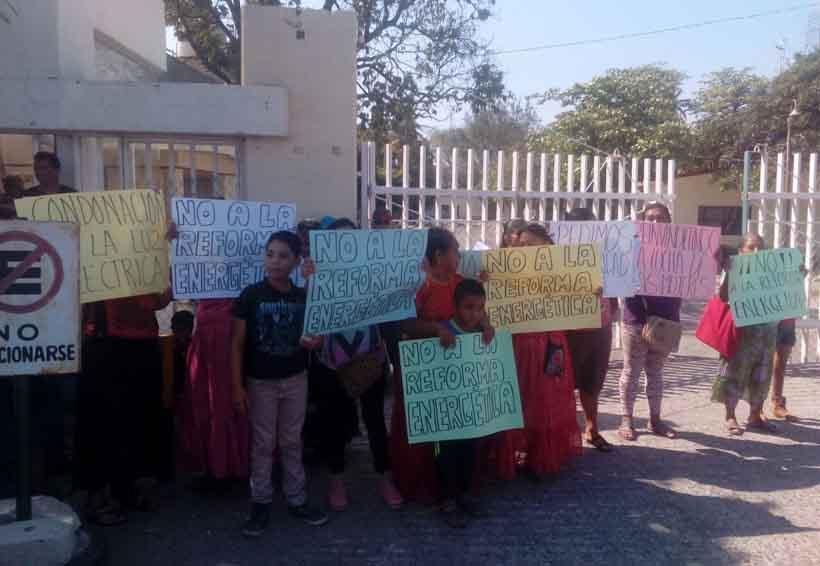 Damnificados del Istmo se inconforman y  protestan en oficinas de Bansefi