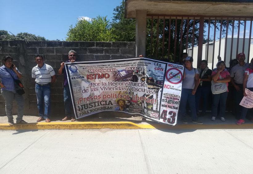 Damnificados se manifiestan  por llegada de Murat al Istmo de Oaxaca