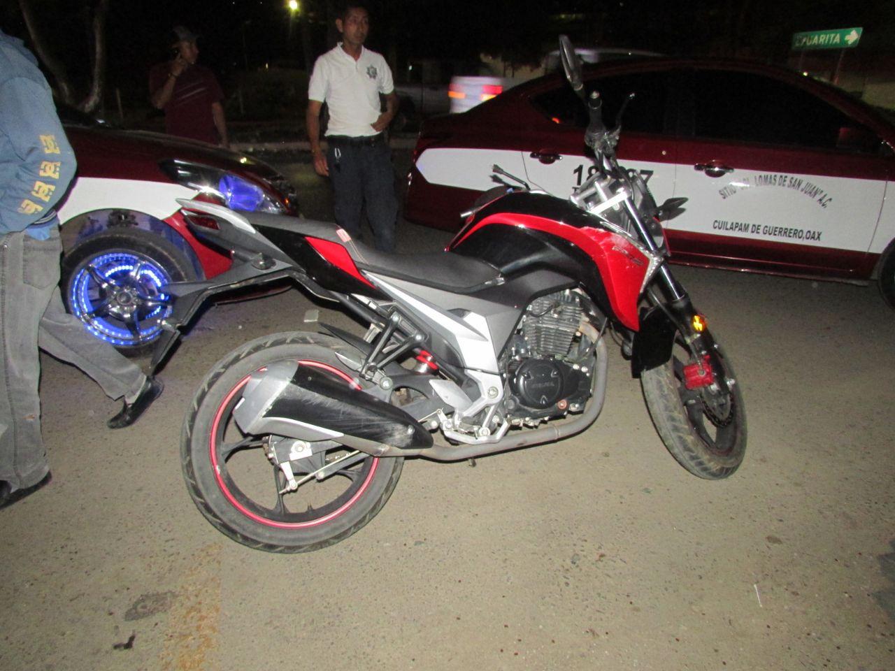 Choca agente estatal  en moto contra taxi en avenida Símbolos Patrios, Oaxaca | El Imparcial de Oaxaca