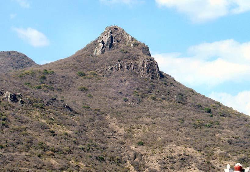 Sale lesionado tras caída de peñasco en cerro de Teotitlán