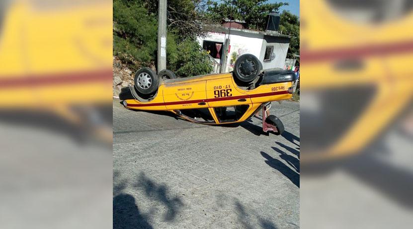 Taxi queda llantas pa' arriba en avenida Costera de Salina Cruz, Oaxaca   El Imparcial de Oaxaca