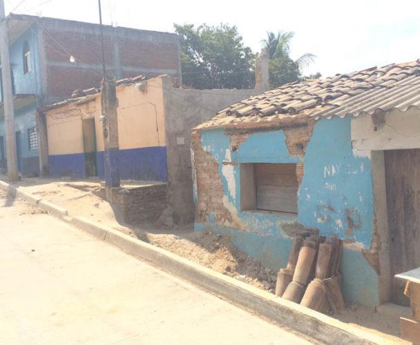 Exigen atender una barda  que está a punto de colapsar en Pinotepa Nacional, Oaxaca