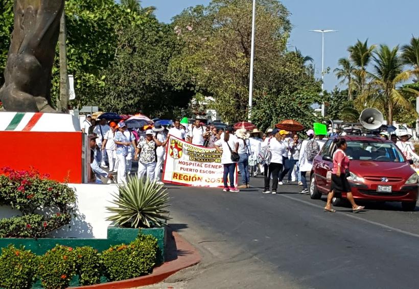 Marcha el sector Salud  en Puerto Escondido, Oaxaca